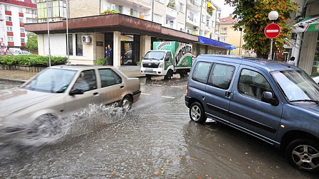 Силен дъжд наводни Бургас. По време на бурята улиците на