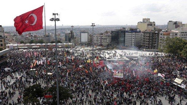 Хиляди въстанаха срещу военните в Турция