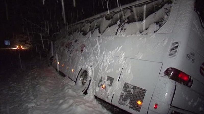 Обилният снеговалеж предизвика задръствания и катастрофи. Пътнически автобус, движещ се