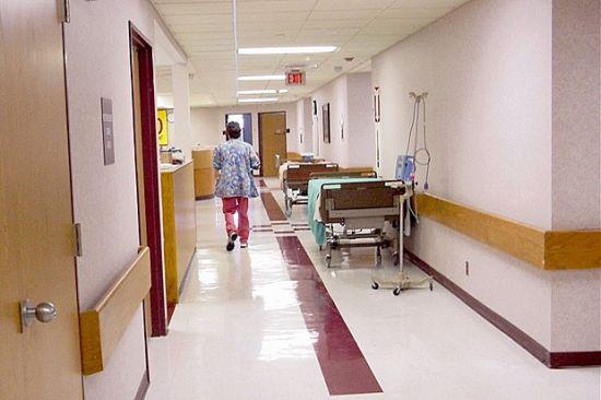 Цигани се събраха пред болницата в Разлод вчера вечерта. Причината