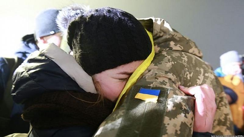 Стотици украинци се събраха на летището в Киев снощи, за
