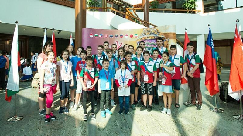 Български деца се завърнаха тази вечер от Тайланд, където спечелиха