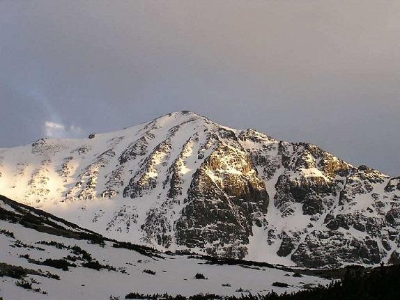 Връх Мусала осъмна покрит със сняг. Синоптиците предупредиха, че времето
