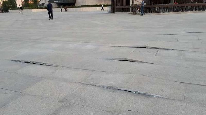 Спешен ремонт започна днес на част от площадното пространство пред