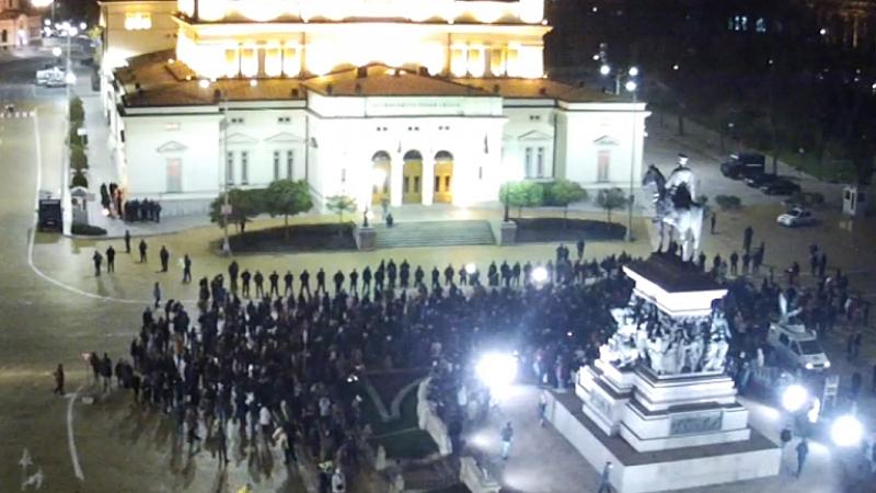 Граждани се събраха на протест пред сградата на Народното събрание