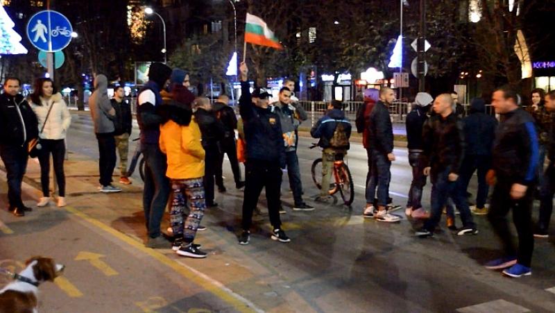 Униформени използваха лютив спрей, за да спрат нахлуването на протестиращи