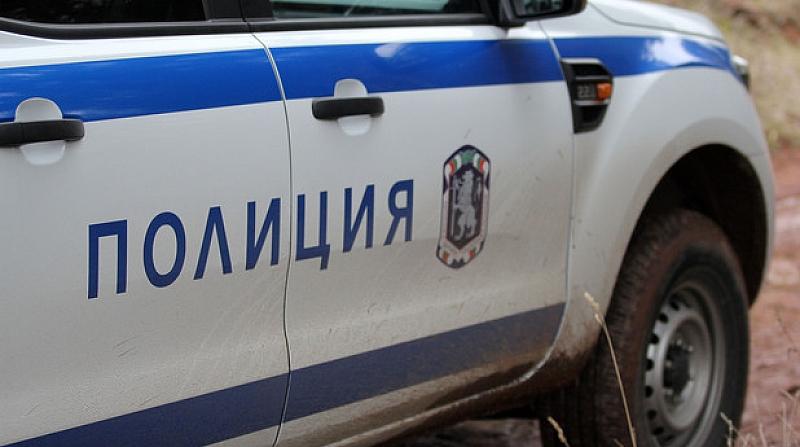Трима полицаи са пострадали, след като са нападнати от жители