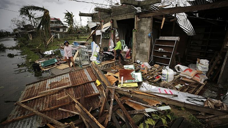 """Мощният тихоокеански тайфун """"Мангхут"""" парализира в неделя нормалния живот и"""