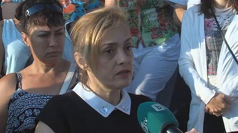 Родители и учители организираха протест, за да защитят директорката Василка