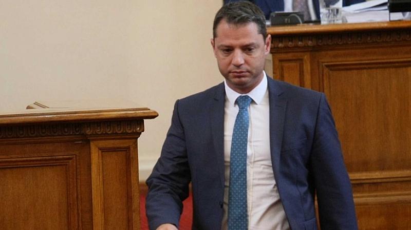 На стола на кмета на Хасково стои човек, който е
