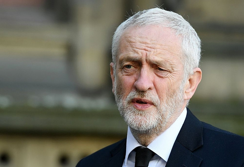 Върху лидера на британската опозиционна Лейбъристка партия Джереми Корбин се