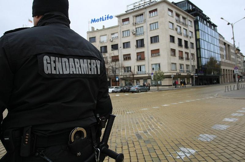 Повече от 2000 полицаи са мобилизирани в страната за охрана