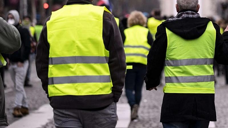 Френската полиция изстреля сълзотворен газ и направи, докато разпръсваше групи