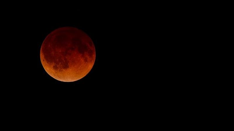 Кървава Луна и пълно лунно затъмнение наблюдавахме днес сутринта. Природният