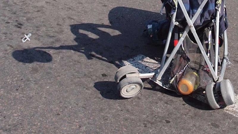 Автобус от градския транспорт блъсна майка с количка с бебе