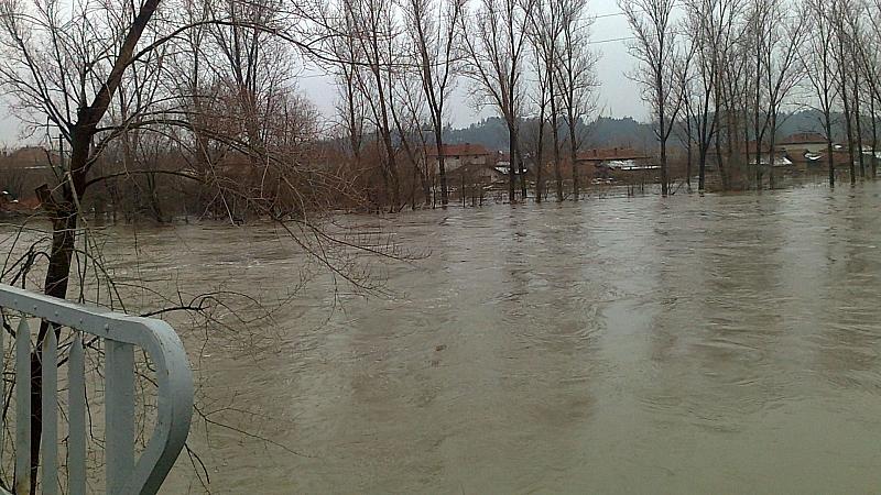 Жители на Роман са евакуирани от наводнените квартали в града,