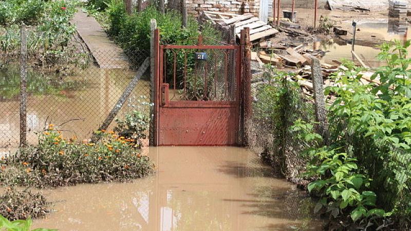 Проливни дъждове, гръмотевични бури и градушки удариха значителни части от