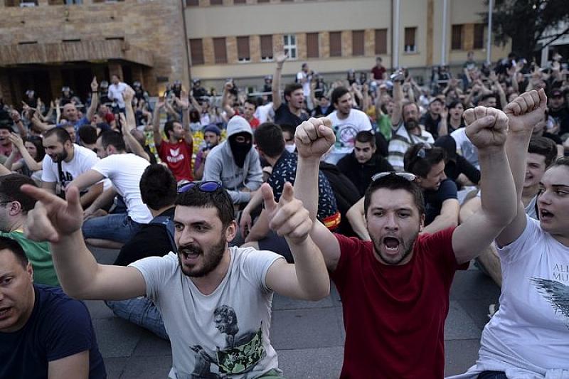 Македонската полиция за борба с масовите безредици използва звукови гранати