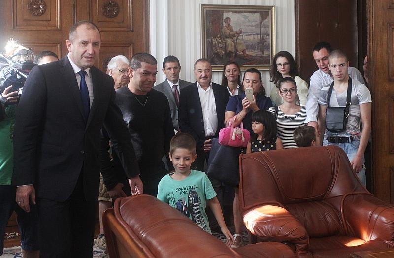 Президентът Румен Радев отстъпи стола си на държавен глава на
