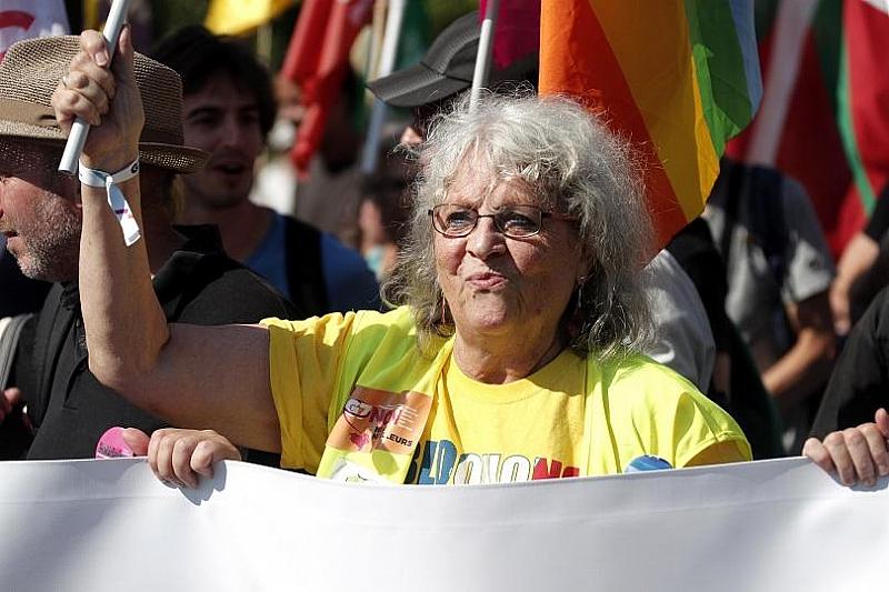 Около 9000 човека излязоха на протест срещу откриващия се форум