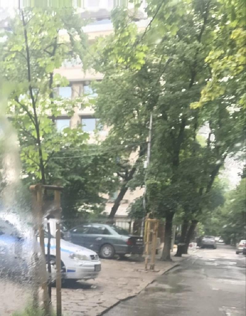 Полицейска патрулка стои нонстоп пред новия блок на Цветан Цветанов
