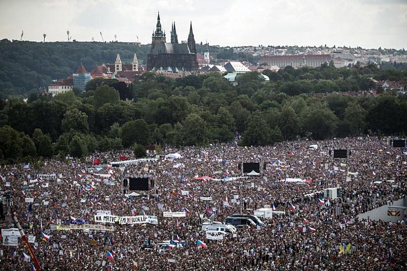 """В Прага се провежда най-масовата демонстрация от """"Нежната революция"""" преди"""