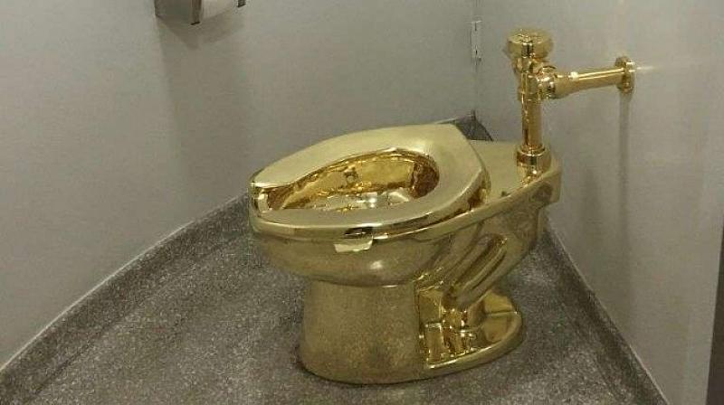Крадци отмъкнаха масивна, 18-каратова златна тоалетна на стойност 1 милион