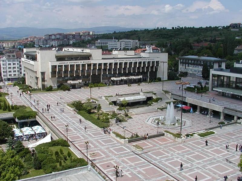Посред зима Община Благоевград започна да ремонтира центъра на града.