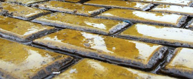 Жена откри около 6 кв. метра жълти павета в двора