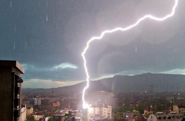 Гръмотевичните бури продължават и през утрешния ден.Времето над страната утре