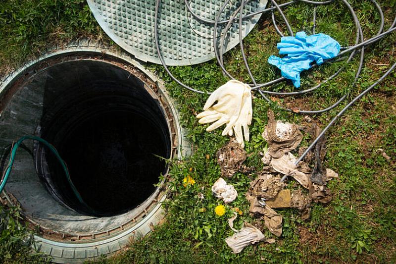 Двама мъже са загинали, падайки в септична яма в свинекомплекса