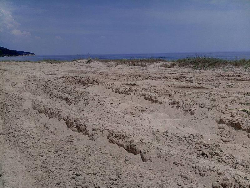 Багер е унищожил част от дюните в намиращия се на