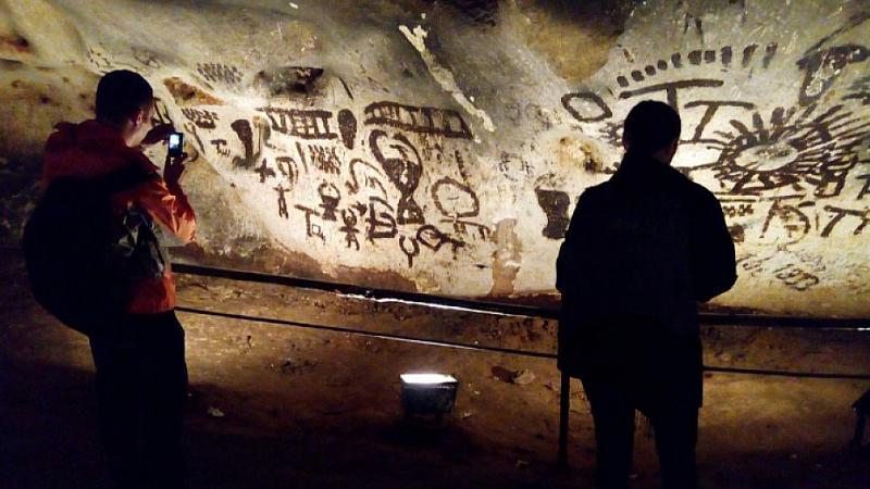 Новината, че са унищожени скални рисунки в пещерата Магура в