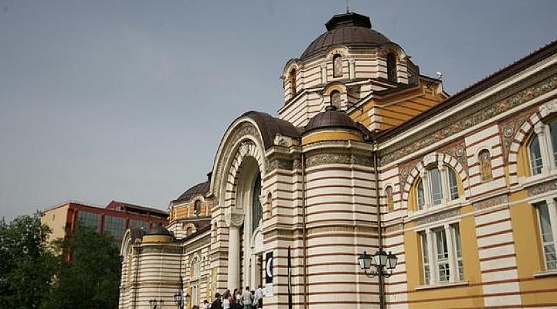Граждани излязоха в центъра на София по халати с цел
