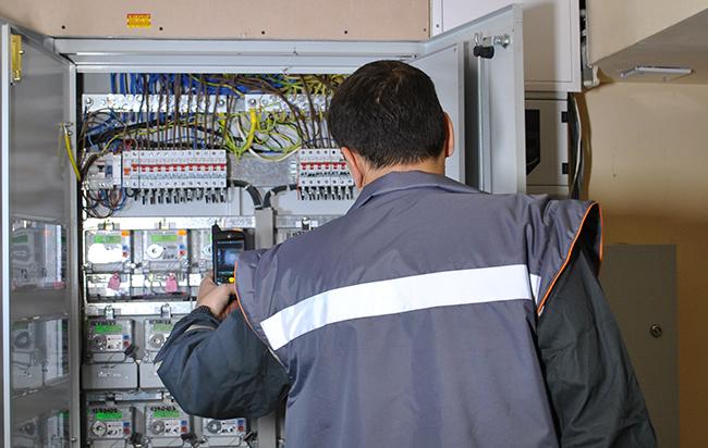 Снимка: Проверяват електромерите на трите ЕРП-та