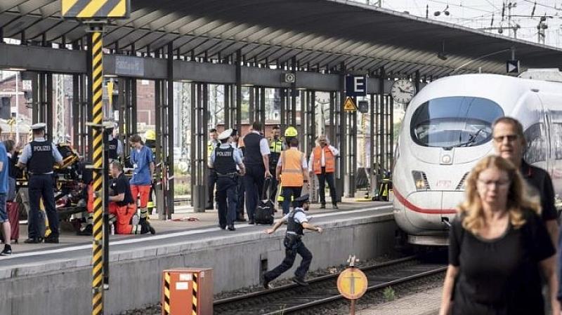 Снимка: Двама убити при атака с нож на гара в Германия