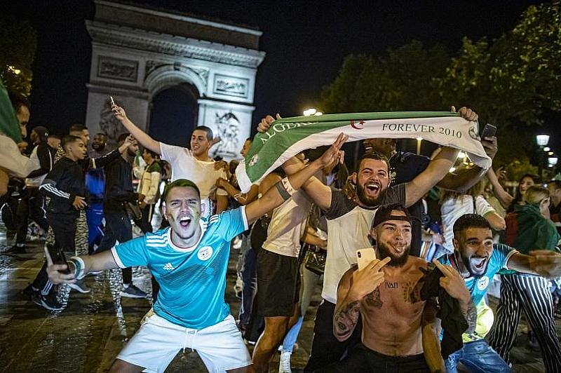 Футболни ултраси от Евре, Нормандия, събориха статуята на генерал Шарл