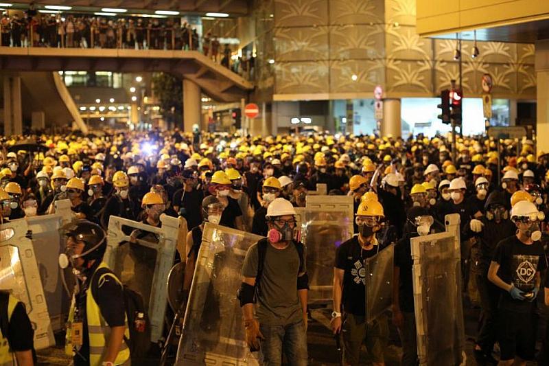 Полицията на Хонконг използва днес сълзотворен газ и гумени куршуми,