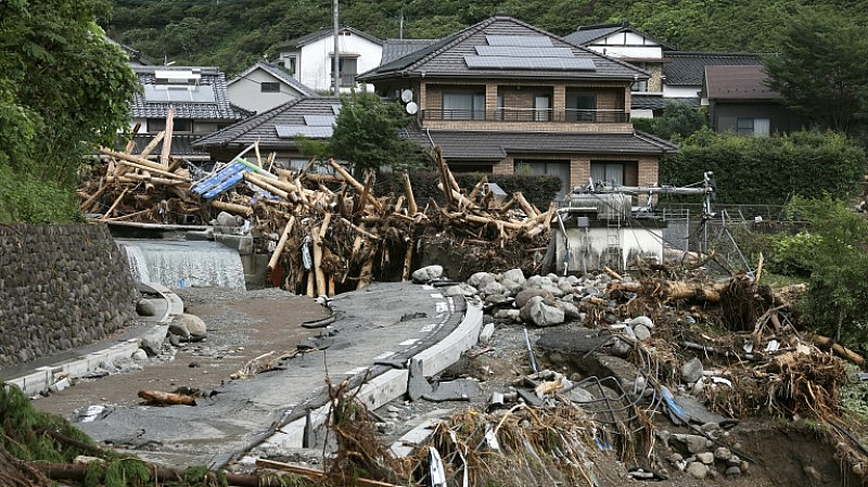 Над 200 жертви вече при навоненията и свлачища в Япония.