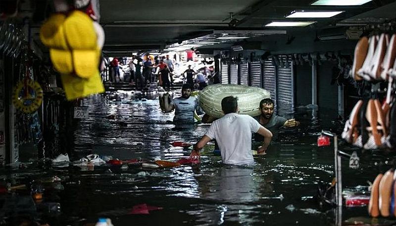 Мощна буря удари Истанбул и предизвика мащабни наводнения, съобщиха световните