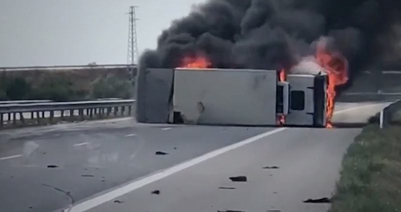"""Снимка: Камион се запали на АМ """"Тракия"""", затворен е участъкът от пътя"""