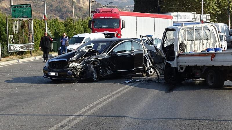 Челен удар между лек автомобил и малък камион затвори Е-79