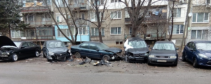 Няколко тежко пострадали автомобила видя репортер на Фрог на ул.