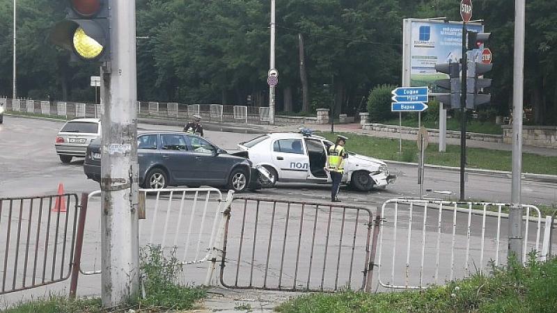 Кола премина на червен светофар и се удари в полицейски