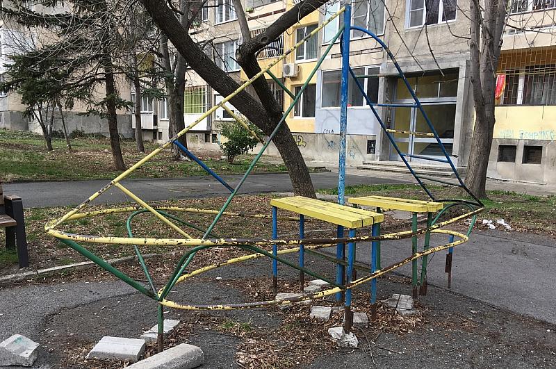 Метална катерушка в двора на детска градина падна върху главата