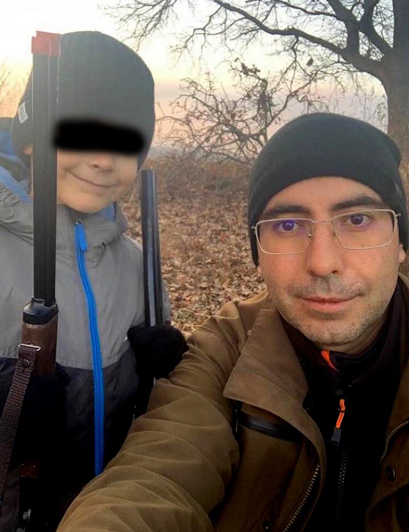 Кметът на Кнежа Илийчо Лачовски снима сина си, въоръжи до