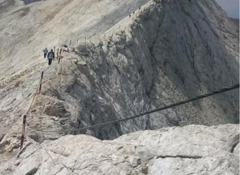 Планински водачи, спасители и доброволци тръгват на поход, за да