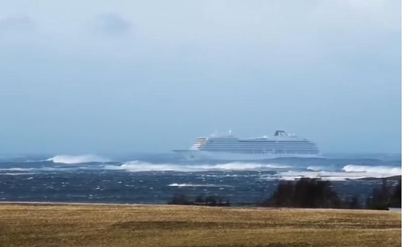 Около 1 300 пасажери и екипаж бяха евакуирани от борда
