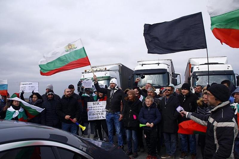 """Близо пет часа остана затворен пътят за граничния пункт """"Лесово"""","""
