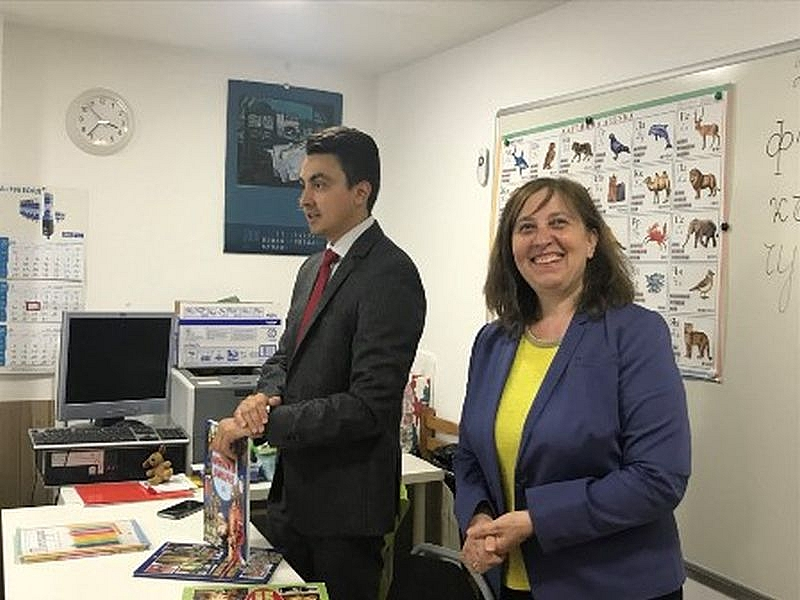 Евродепутат Момчил Неков дари книги на българското училище в Брюксел